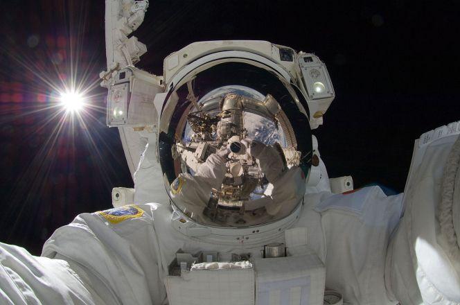 1280px-ISS-32_American_EVA_b3_Aki_Hoshide