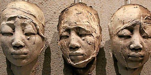 des-visages-sculptes-dans-la-terre-la-carte-de-visite-de_429031_510x255