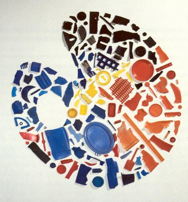 05_Tony_Cragg_Palette_1985_Objets_en_plastique_bleu_jaune_rouge_162_x_180_cm_collection_FRAC_Bourgogne